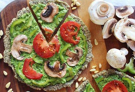 Здравословна пица с блат от семена и чесън, спаначено песто и мариновани зеленчуци