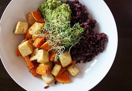 """Печен сладък картоф, тофу, лилав ориз, """"kale"""" песто и кълнове"""