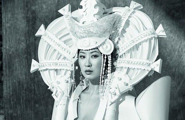 Етнически сватбени рокли и барокови шапки от Ася Козина