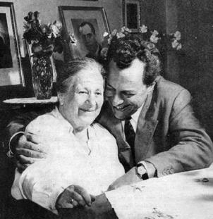 Борис Христов с майка си през 1963г.